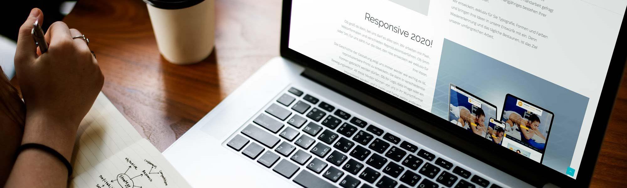 Laptop auf einem Tisch mit offener Webseite für Webdesign